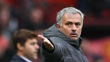 Jose Mourinho, delante de Pochettino