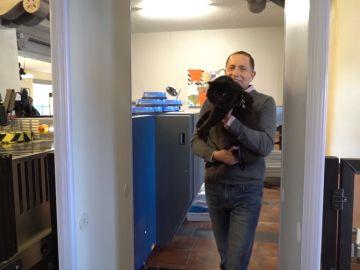 Reencuentro de un hombre con su gata tras cinco años
