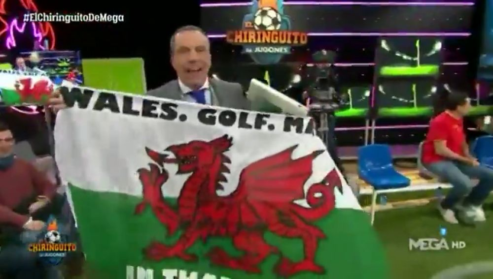 Cristóbal Soria entra al plató de 'El Chiringuito' con la polémica bandera de Bale