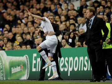Mourinho agarra a Bale durante el Tottenham-Real Madrid de 2011