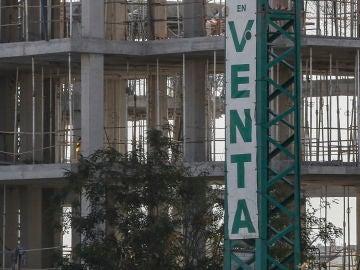 Cartel de venta de pisos en unas obras
