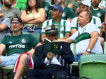 """Edilson, leyendo """"Ciencia y Revolución"""" durante el Palmeiras-Flamengo"""