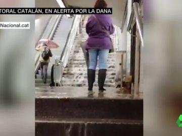 Cascadas en las escaleras del metro y calles anegadas: los estragos del paso de la DANA por Barcelona