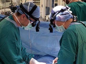 Médicos del Hospital Universitario de Duke realizando la operación