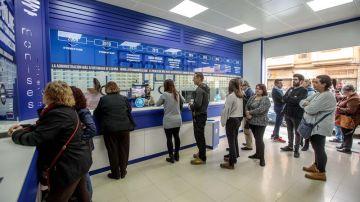 Colas en Manises Lotería para comprar décimos de Lotería de Navidad