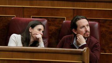 El líder de Podemos, Pablo Iglesias, e Irene Montero en el Congreso