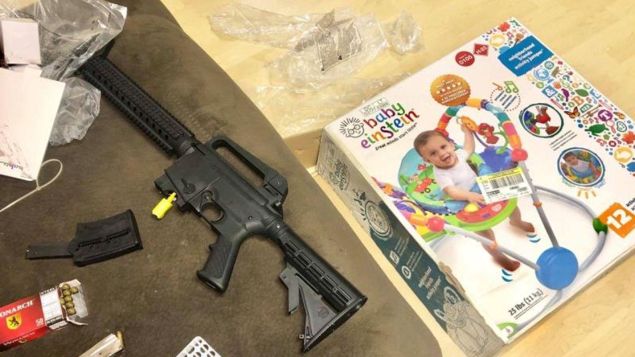 El rifle que encontraron los padres al abrir la caja