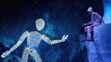 Dundu, una gran marioneta articulable, en un momento del espectáculo
