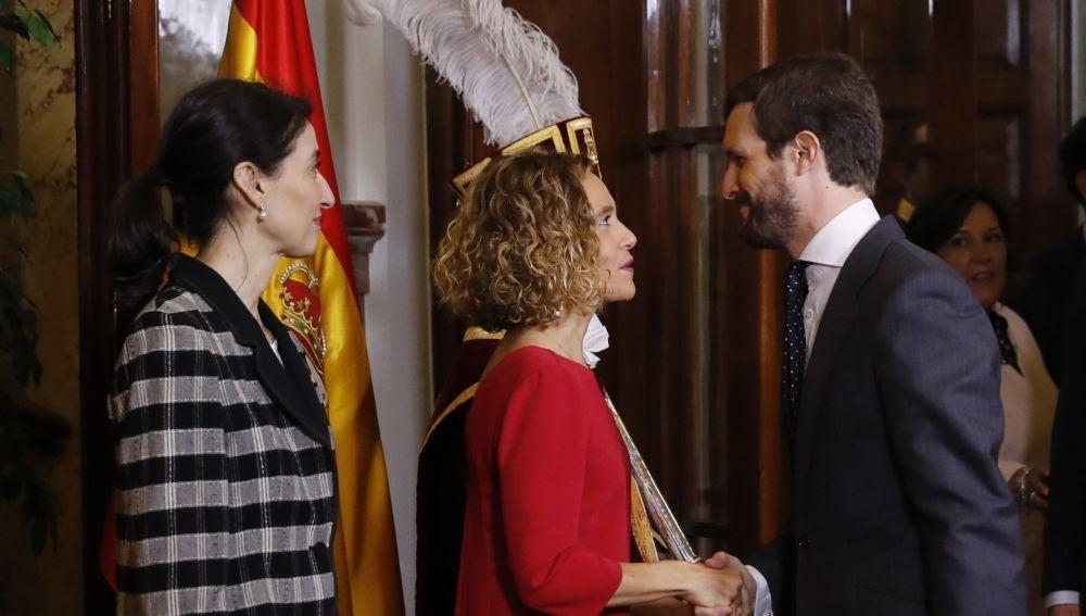 Pablo Casado saluda a la presidenta del Congreso, Meritxell Batet, en el acto por el aniversario de la Constitución