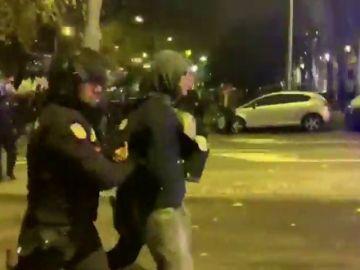 La Policía carga y dispersa a una docena de manifestantes con la cara tapada en la Marcha por el Clima