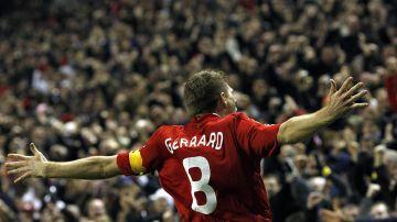 Steven Gerrard, mirando a la grada de Anfield