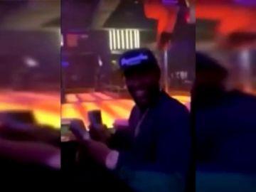 Floyd Mayweather vuelve a lanzar por los aires miles de dólares en un club de striptease