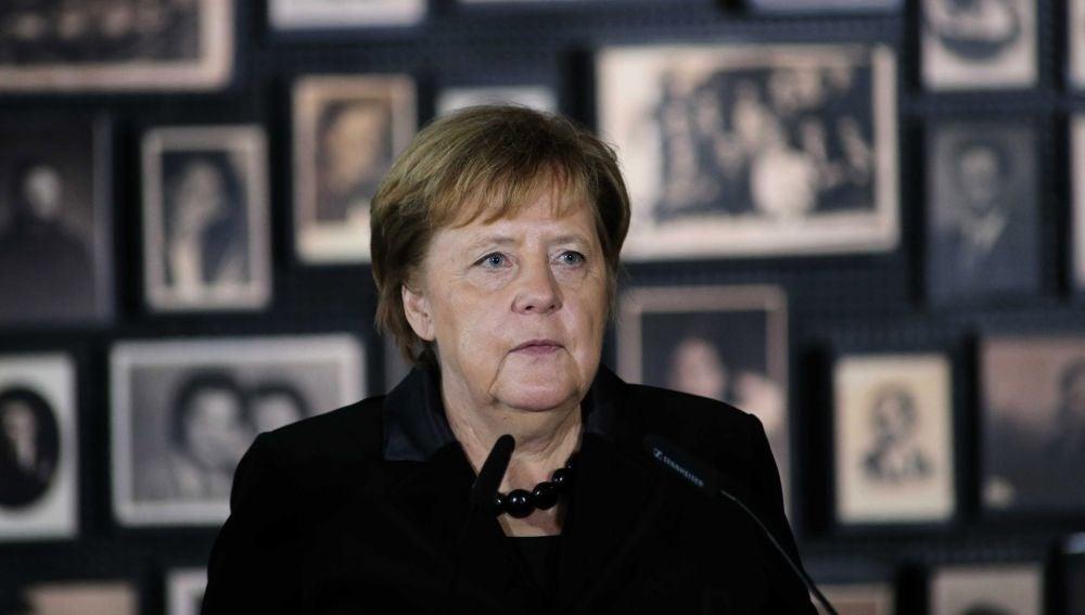 Angela Merkel interviene durante su visita al campo de concentración de Auschwitz
