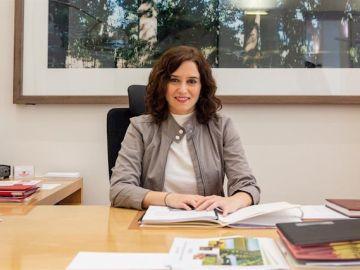 Imagen de Isabel Díaz ayuso en su despacho.