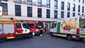 Los servicios de emergencia atienden a los heridos por el accidente