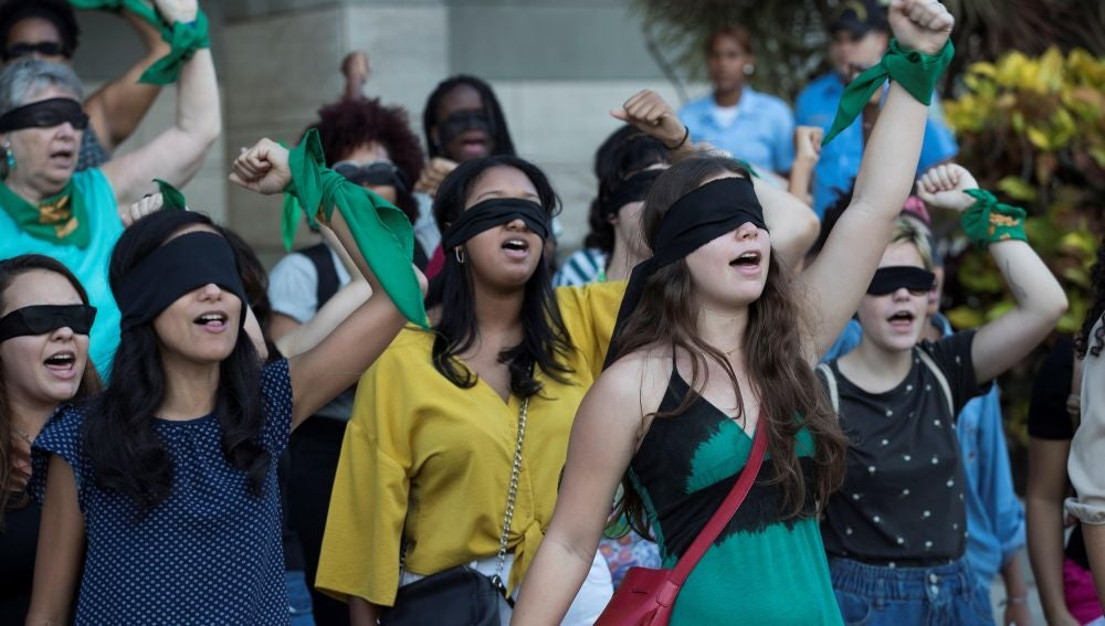 Decenas de mujeres participan en la performance 'Un violador en tu camino'