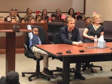 Michael, acompañado por sus compañeros en el juicio de su adopción