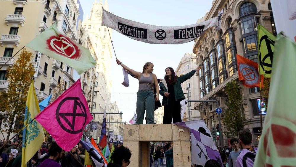 Manifestantes cortan la Gran Vía para exigir medidas contra el cambio climático