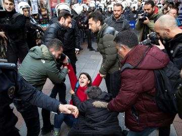 """La Policía dispersa una marcha de mujeres que cantaba """"Un violador en tu camino"""" en Estambul."""