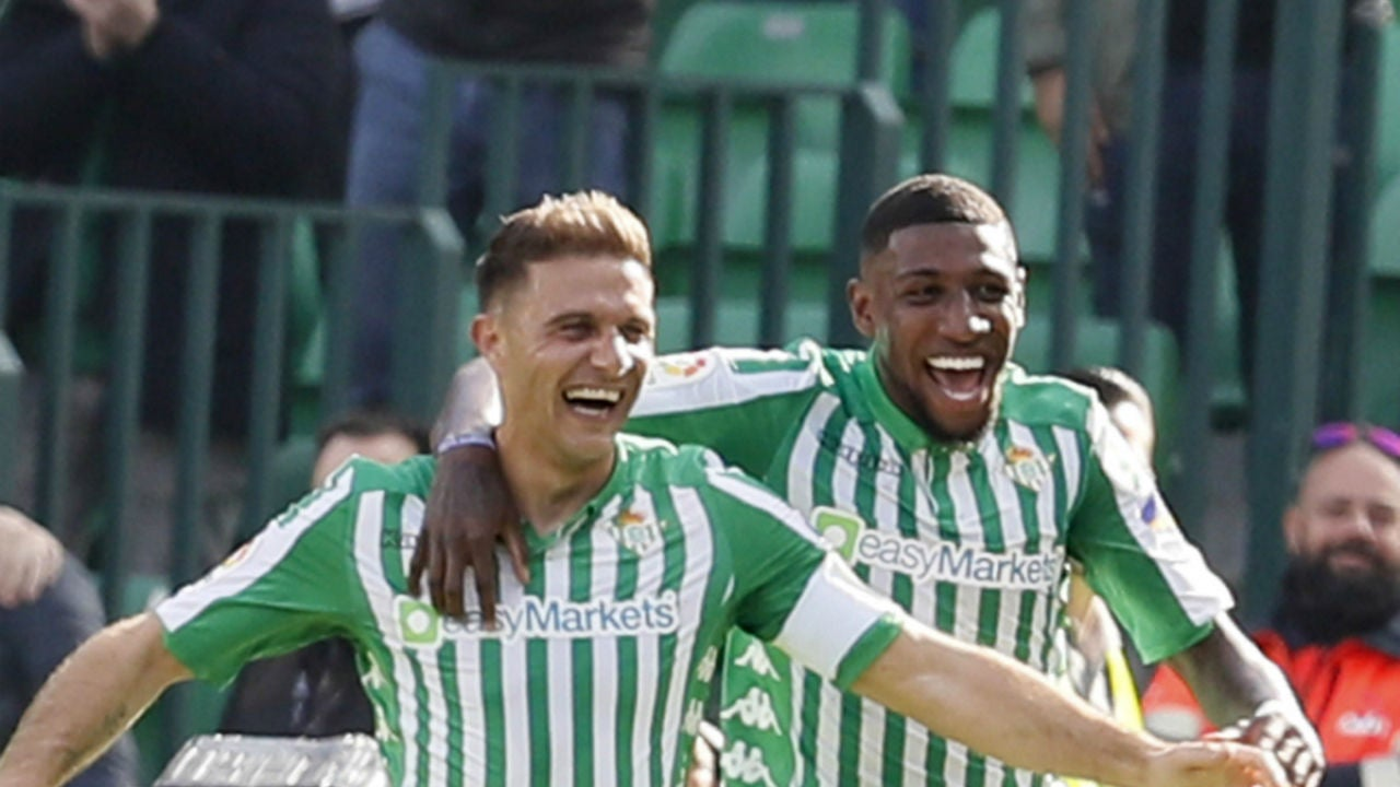 Joaquín celebra un gol con Emerson