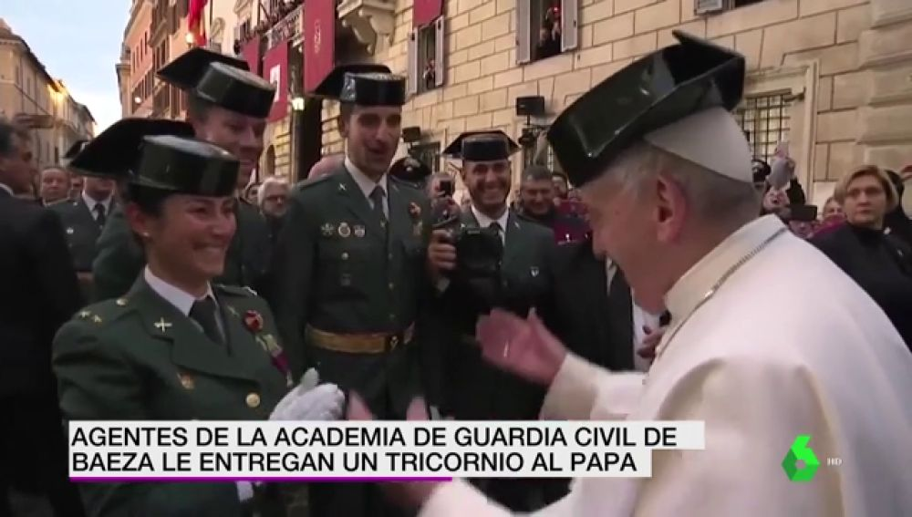 El papa Francisco se pone un tricornio de la Guardia Civil