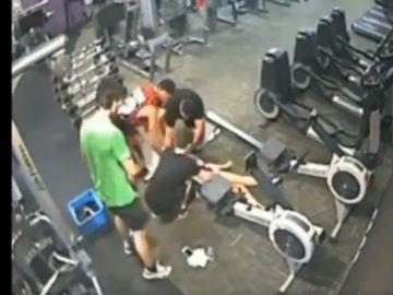 Captura del vídeo con el que el tuitero explica cómo actuar para ayudar a alguien en parada.