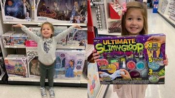 Imagen de la niña con los juguetes.