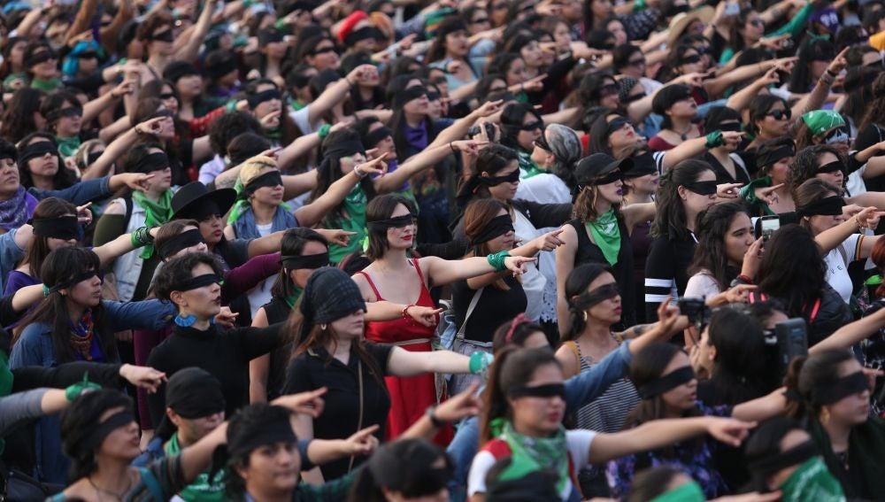 Policía dispersa mujeres que cantaban