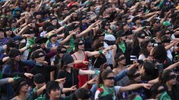 Miles de mujeres realizan la performance 'Un violador en tu camino'