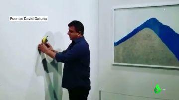 Un artista de 'performance' se come un plátano pegado a la pared que era una obra de arte valorada en 108.000 euros