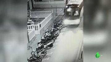 Roba un autobús y destroza varios vehículos aparcados en el centro de Benidorm