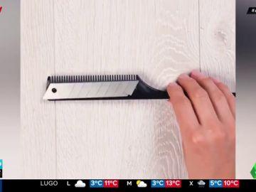 Solo necesitas un peine, un cúter y pegamento para acabar con las bolitas de la ropa