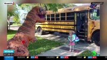 Si te espera vestida de dinosaurio al llegar del cole se merece ser tu tía favorita