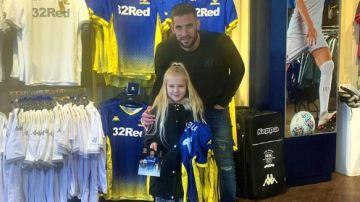 Kiko Casilla junto a Miley en la tienda oficial del Leeds United