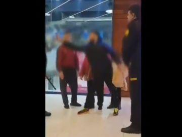 Imagen del momento en el que el joven ataca al personal de seguridad con el spray de gas pimienta.