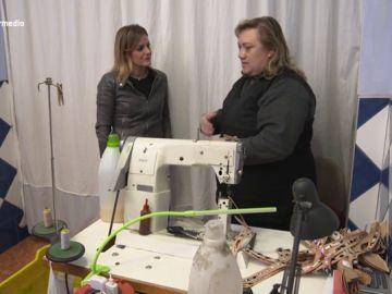 La esclavitud de las aparadoras: cobran 0,60 por un par de sandalias que se venden por 800 euros en el mercado