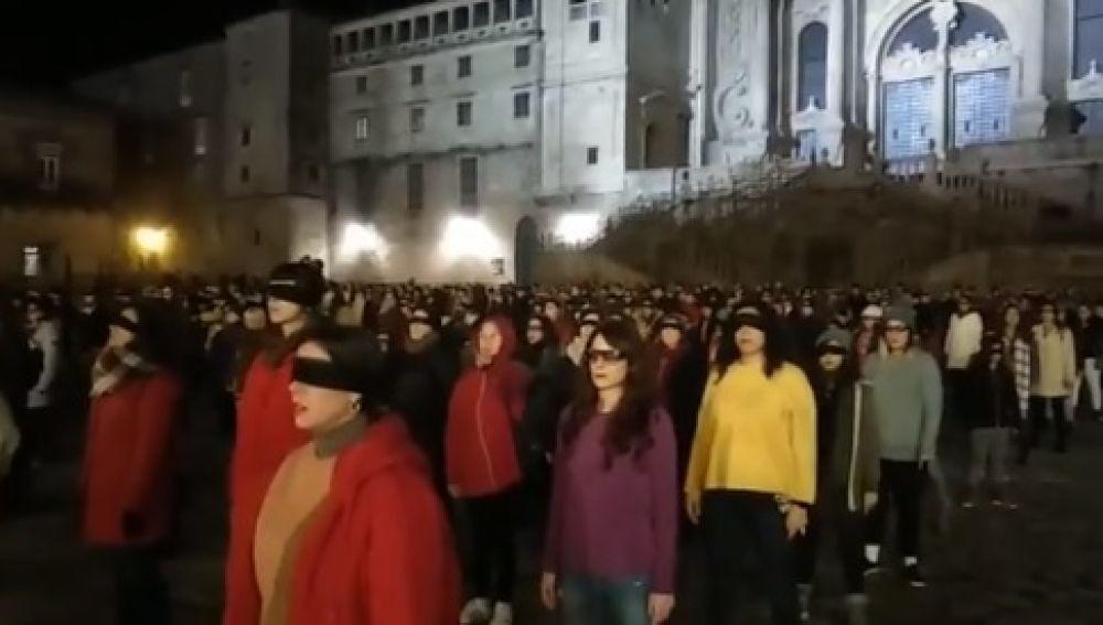 Más de 300 mujeres cantan 'Un violador en tu camino' en Santiago de Compostela