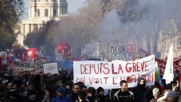 Los manifestantes sostienen una pancarta que dice 'Desde la huelga, vemos el horizonte' mientras participan en una manifestación contra las reformas de las pensiones