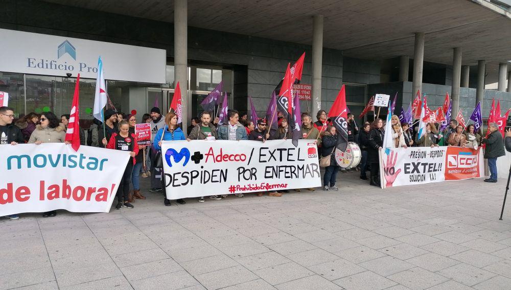 Trabajadores manifestándose contra los despidos de Extel