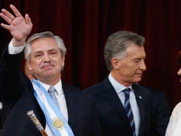 Alberto Fernández asume como presidente junto al presidente saliente, Mauricio Macri