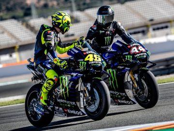 Lewis Hamilton y Valentino Rossi, sobre la yamaha oficial de MotoGP