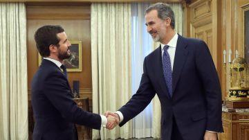Pablo Casado saluda al Rey Felipe VI.
