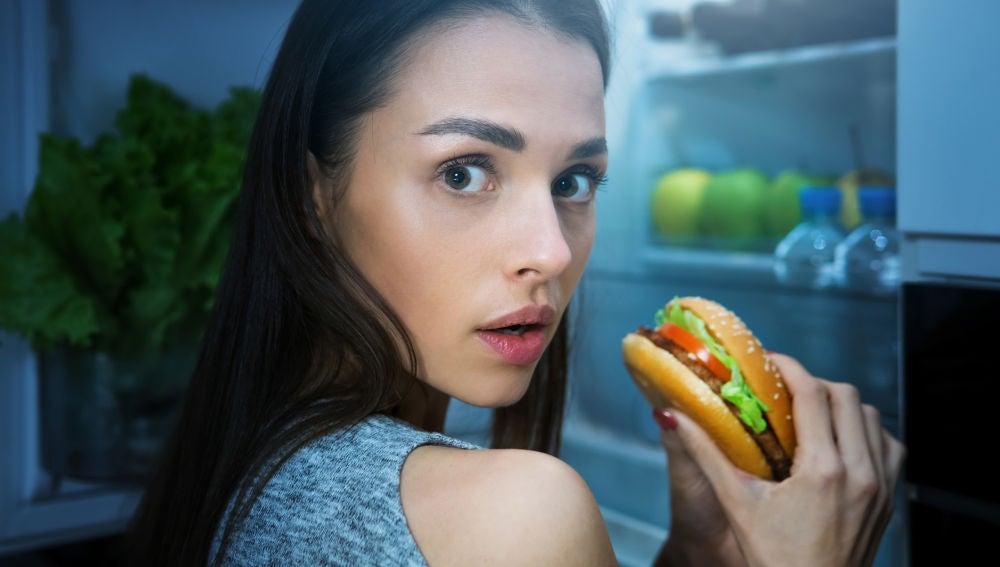 Joven asalta la nevera y se come una hamburguesa