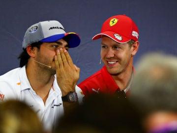 Carlos Sainz charla con Vettel ante la prensa