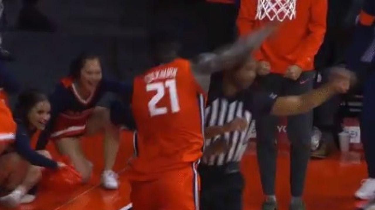 Kofi Cockburn golpea al árbitro