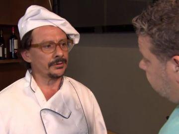 """La superstición de tirar sal por el restaurante que deja mudo a Chicote: """"Me trae buena suerte para empezar el servicio"""""""