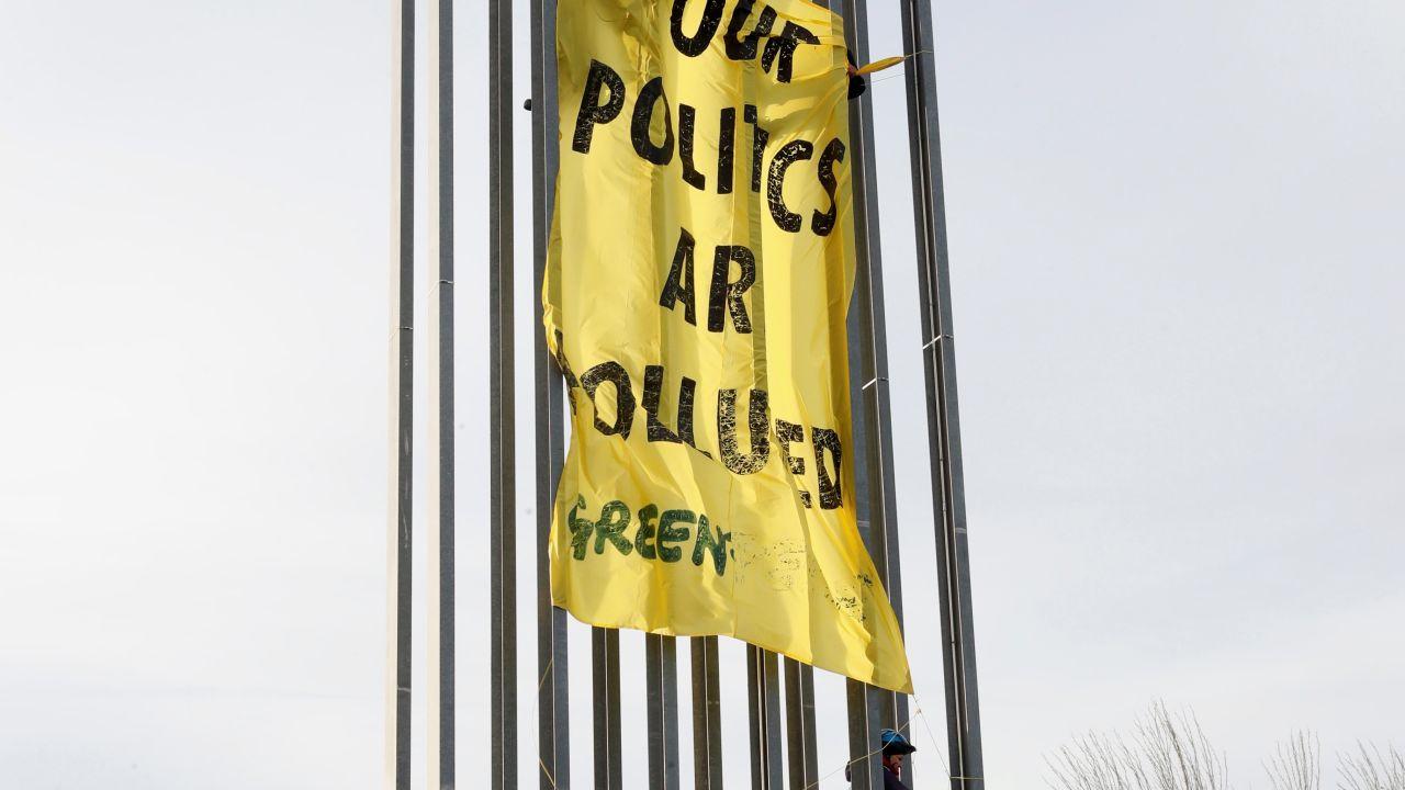 Activistas de Greenpeace protestan ante la sede de la Cumbre del Clima