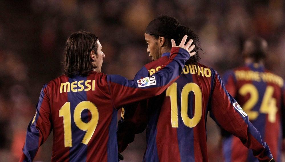 Messi y Ronaldinho, durante un partido