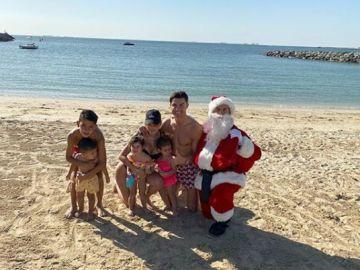 Cristiano Ronaldo posa con sus hijos... ¿y con Messi disfrazado de Papá Noel?