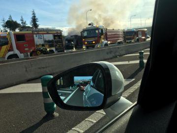 Arde un camión a la altura del Hipercor de Pozuelo en la M-40